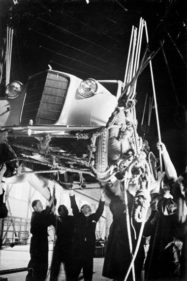 Kézi emelőkkel rakodták be a kicsivel több, mint 800 kg tömegű autót a Hindenburgba