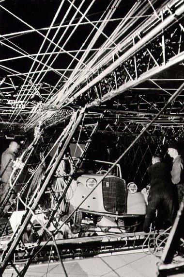 Mivel raktér nem volt, az egyik légkamrában rögzítették az autót, ami az alumínium vázon lógott egész idő alatt