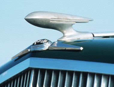1934-től az ötvenes évek közepéig Zeppelin díszítette a közepes méretű Opelek hűtőrácsát