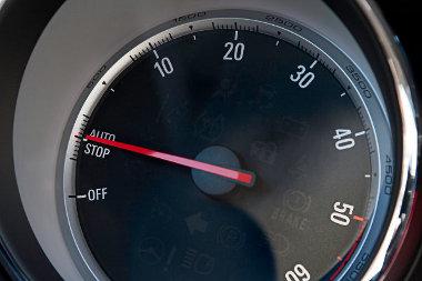 Az Opelnál nem esik nullára a fordulatszám, ha megáll a motor. Éljen az elektronikus vezérlésű fordulatszámmérő