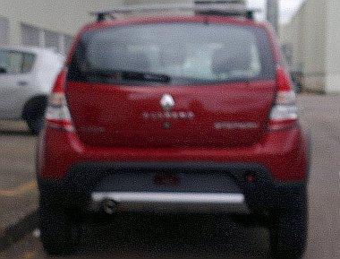 Kissé homályos a kép a felfrissített Dacia Sandero hátuljáról, de ezért kárpótol az álcazás hiánya. A Stepway hátsó lámpái látványosabbak lettek