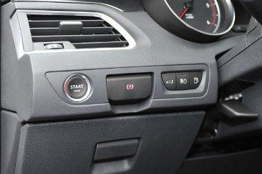 Az indítógomb mellett az elektromos rögzítőfék kapcsolója