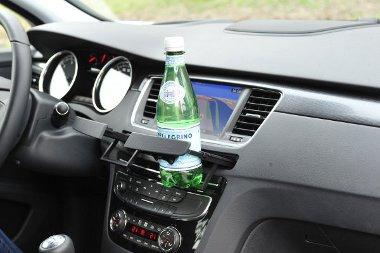 Használat közben több gombot eltakar a kihúzható palacktartó