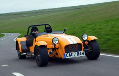 520 kg, 140 lóerő: 4,9 másodperc alatt gyorsul 96 km/órára a legújabb Caterham, ami tulajdonképpen a legöregebb