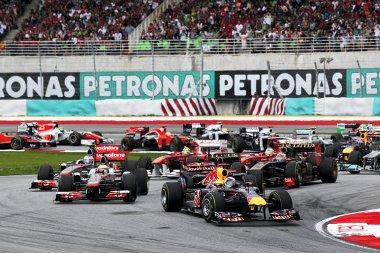 Vettel megtartotta a vezetést, míg Hamilton elé befurakodott a parádésan rajtoló Heidfeld