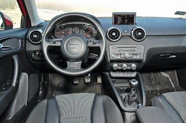 A kombinált (audió, navigáció, menü) központi kijelző manuálisan lebillenthető