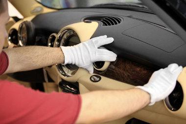 Goodwoodban, a Rolls-Royce asztalosműhelyében készítették el a diófagyökér-fabetéteket
