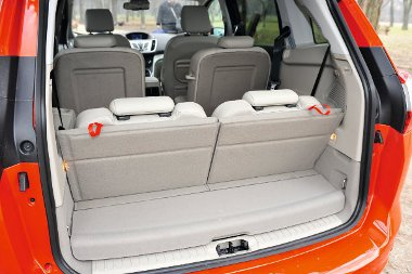Hét ülés mögött alig marad használható hely (56 liter) a csomagoknak a szükségüléseket ledöntve már lényegesen jobb a helyzet. A tér ekkor 439 literes A raktérpadló maximális hossza 1,68 m, szélessége a kerékdobok között 1,03 m
