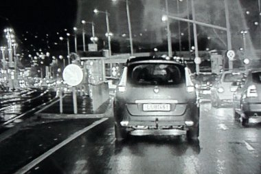 Az éjjellátó ilyen képet ad éjszaka, szakadó esőben – nem rossz!