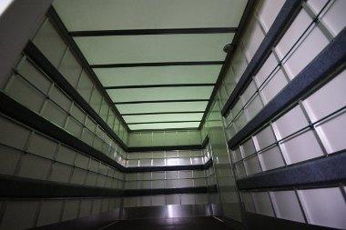 Fényáteresztő tető teszi könnyebbé a pakolást a gyári dobozos felépítmény esetén
