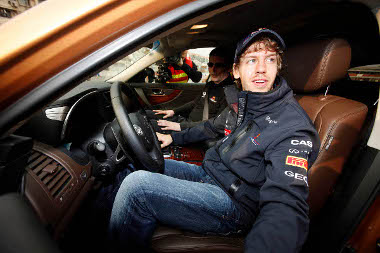 Vettel a kínaiak szeme láttára próbálta ki az Infiniti választékot