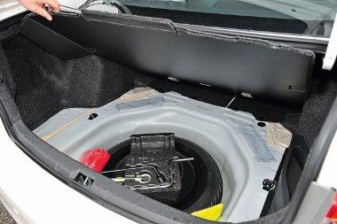 Szükségpótkerék lapul a 450 literes csomagtartó padlója alatt