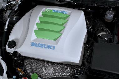 Kétliteres benzinmotor és elektromotor dolgozik együtt a hibrid Kizashi motorterében