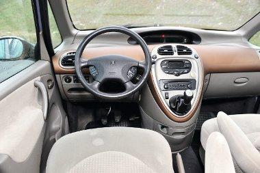 Megszokást igényel a Citroën középső kijelző egysége. Rekeszből nincs hiány