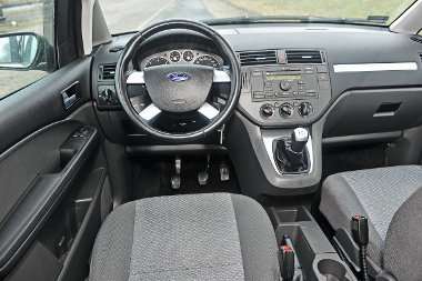 Könnyebben átlátható a Ford pultja, a két első ülés között pohártartók találhatók