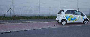 Ennyi lehet a távolság a parkolóhely és a konnektor között. A Citroen azt javasolja, közvetlenül a falba dugjuk a kábelt, ne használjunk hosszabbítót. A parkolóházakban nincs konnektor az állóhelyek mellett
