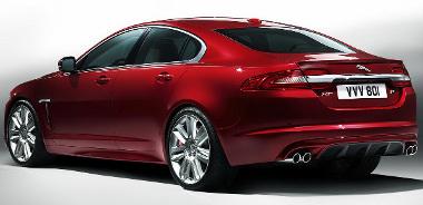 Minimális változások elöl-hátul, mégis sokkal jobban néz ki a Jaguar XF. Külön jó pont, hogy az első LED-es menetfény folyamatos csík. Igényes