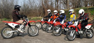 Fárasztó, de hasznos a Honda terepmotoros tréningje, amelyet kis csoportoknak tartanak