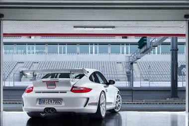 Félreértés ne legyen: a 911 GT3 RS 4.0 valójában egy közúti hazsnálatra alkalmassá tett versenyautó. Gyárilag verseny- és nem utcai abroncsokkal szerelik