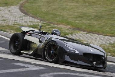 Jól gyorsul, és a Nürburgringen is otthon érzi magát a Peugeot EX1-es roadster, ami 50 másodpercet faragott le az elektromos autók körrekordjából