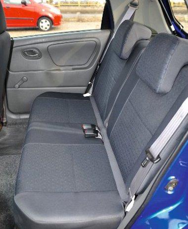 A Suzuki Alto kabinja négyszemélyes, a második sor kevésbé szellős