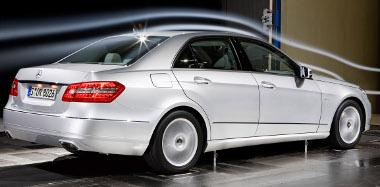 Motorleállítóval és hétfokozatú automatával csökken a négyhengeresek fogyasztása, a V8-as és V8-as benzinesek újak a Mercedes E-osztályban