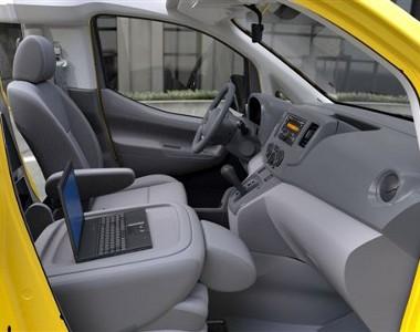 Kétliteres benzinmotor hajtja majd az NV200 taxit, amelynél alapfelszerelés lesz a navigációs rendszer - amit az utasok is szemmel tarthatnak majd