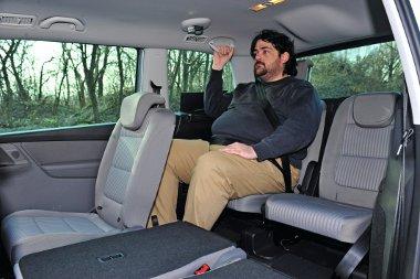 Bár bonyolult mechanizmus kellett hozzá, de a hátsó üléspár elég magas