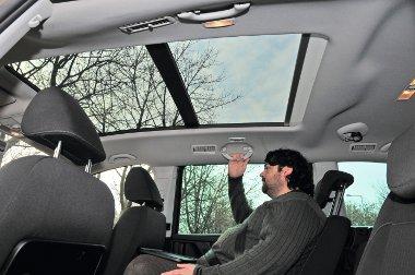 Fényterápia: hatalmas nyitható üvegtető kényeztetheti az utasokat