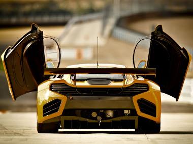 Lehet, hogy 100 lóerővel gyengébb a versenyautó, azonban a versenypályán gyorsabb az utcai MP4-12C-nél