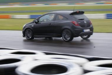 A Corsa OPC Nürburgring Edition javára kell mondani, hogy a baj nem vele volt. A sperrdifi például tényleg remekelt ilyen körülmények között