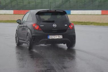 Az ideális ív mellett autózva nem is volt olyan csúszós a Lausitzring. Egy-két ponton azért nehezen ment az elfordulás