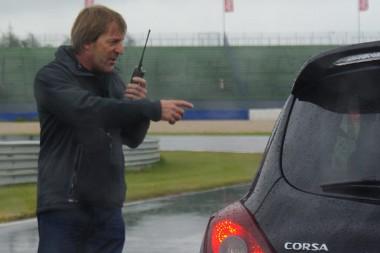 Itt épp rádiópróbát tart Joachim Winkelhock, meg azt is mondja, hogy ha kikapcsoljuk az ESP-t, még holnapután is itt fogunk pörögni a Lausitzringen