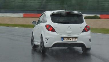 Íme Joachim Winkelhock, aki egy normál Corsa OPC-vel, fél kézzel gyorsabban tudott menni nálam. Emelném kalapom, ha hordanék
