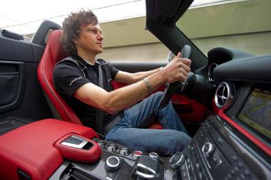 Nem kegyelmez a frizurának az 571 lóerős SLS AMG Roadster