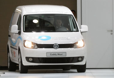 Két éven tesztelik az akkumulátoros Caddy-ket Hannoverben. A vásársáros csarnokaiban is használják majd az autókat