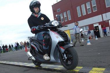 Sok gyakorlással lehet megszerezni a rutint, ami aztán segít abban, hogy jobb vezetők-motorosok legyünk