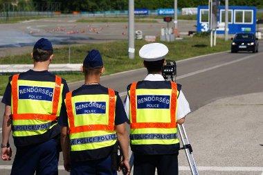 A rendőrség közúti ellenőrzéssel készítette fel a valódi életre az autóvezetést tanulókat