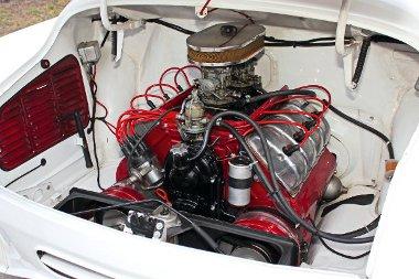 V8-as, léghűtésű. A látványánál már csak a hangja jobb