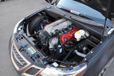 Elöl sok a hely, hátra meg kellett toldani a motorteret - de bent van a 8,3 literes V10-es