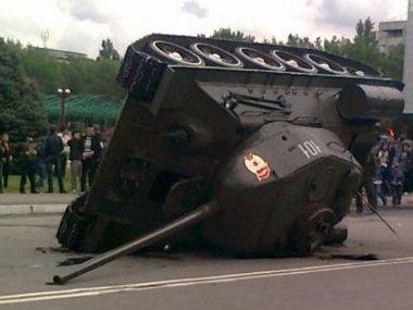 Szokatlan látvány a felborult tank. Szerencsére nem szenvedett nagy károkat a veterán harci jármű
