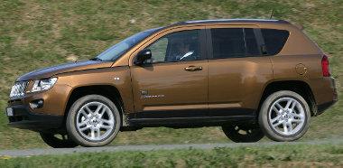 Elölről a Grand Cherokee-t másolja a ráncfelvarrott Compass. A Ford Kugát, a VW Tiguant és társait akarja megszorongatni…