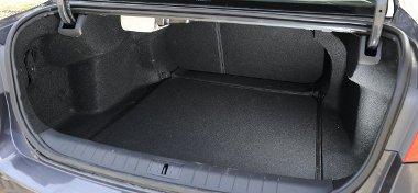 477 literes a far, kár, hogy szatyorakasztó kampó vagy rögzítőháló nem fokozza a kihasználhatóságot