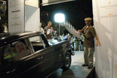 A széchenyi téren volt a bemutató - a késői időpont ellenére rengetegen csodálták a veterán Mercedeseket