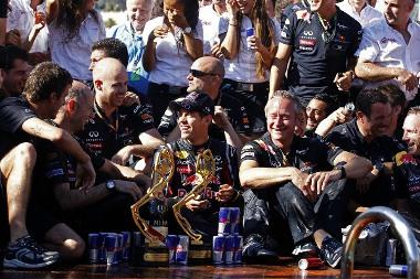 Vettel és a Red Bull Racing egy kaotikus verseny után örülhetett a győzelemnek