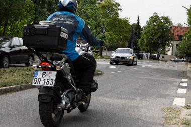 Még messze van a rendszer gyakorlati alklmazása, a car-2-car kommunikációs berendezés a motorkerékpár egész hátsó csomagtartó-dobozát elfoglalja