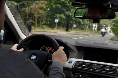 Az autó radarjának és kamerájának köszönhetően a car-2-car kommunikáció nélkül is képes megelőzni a balra fordulásnál bekövetkező baleseteket