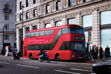 Három év alatt, 7,8 millió font költséggel fejlestették ki az új Routemastert. Magyarroszágon vajon hány forint és mennyi idő kellene egy budapesti autóbusz elkészítéséhez?