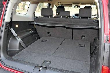 A padlóba süllyesztett ülések csökkentik a raktér méretét, mely a rolóig mérve 454 literes