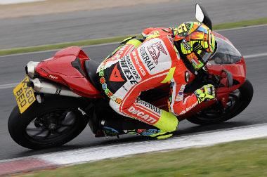Versenymotorjának elektronikai problémái miatt Valentino Rossiegy utcai Ducati 1198-cal edzett a brit Moto GP futamra. Ezt az általa szignált gépet jótékony célra árverezik el